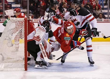 Noah Dobson (oik.) puolusti Kanadan maalilla MM-turnauksen ottelussa Venäjää vastaan.
