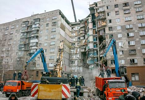 Magnitogorskilaisen kerrostalon yksi rappukäytävä romahti uudenvuodenaattona räjähdyksessä.