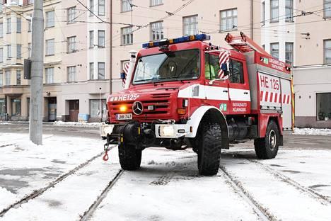 HKL:n raivausyksikkö kokeilee vaunun kiskoille vetoa Töölön hallin pihassa.