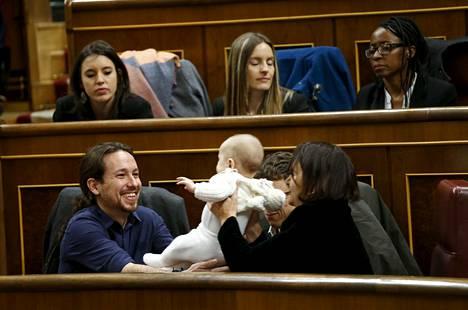Podemosin edustaja Carolina Bescansa ojensi vauvansa puolueen johtajan Pablo Iglesiasin syliin Espanjan parlamentin avausistunnossa keskiviikkona.