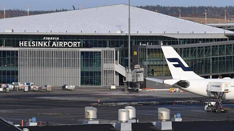 Koronavirustartunnasta epäilty nainen vaihtoi konetta Helsinki-Vantaan lentoasemalla perjantaina.