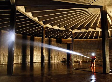 Kaupin vesitorni tai oikeammin ylävesisäiliö on Tampereen suurin: sen tilavuus on noin 20 000 kuutiota. Tampereen Veden Juhani Murto pesee sisäseiniä tyhjässä säiliössä otsalampun ja työmaavalon vähäisessä loisteessa.