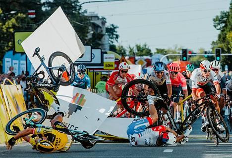 Kelta-asuinen Dylan Groenewegen aiheutti kaatumisen itselleen ja usealla kilpakumppanille Puolan ympäriajossa elokuussa 2020. Vakavasti loukkaantunut Fabio Jakobsen törmäsi maalialueen reuna-aitoihin (vas.).