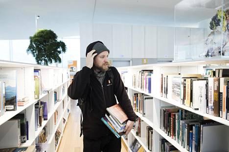 Timo Santala kävi Oodissa tiistaina lainaamassa luontoaiheisia kirjoja, ruokakirjoja, kansanperinnekirjoja ja uskontotiedekirjoja.