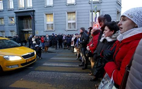 Ulkomaanvaluutassa asuntolainansa ottaneet mielenosoittajat sulkivat Neglinnaja-kadun Venäjän keskuspankin tuntumassa Moskovassa helmikuussa. Heidän lainasummansa on kasvanut nopeasti ruplan heikennyttyä.