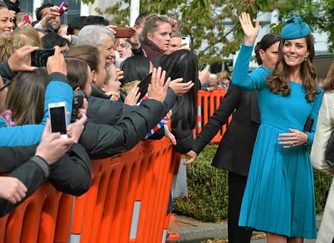 Herttuatar Catherine tervehti yleisöä jumalanpalveluksen jälkeen Dunedinin kaupungissa Uudessa-Seelannissa sunnuntaina. Kuninkaalliset ovat kolmen viikon vierailulla Uudessa-Seelannissa ja Australiassa.