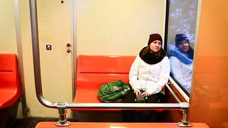 Nina Kokkinen työskentelee nollatuntisopimuksella henkilökohtaisena avustajana. Hän palasi yövuorosta kotiin Itä-Helsinkiin maanantaiaamuna.
