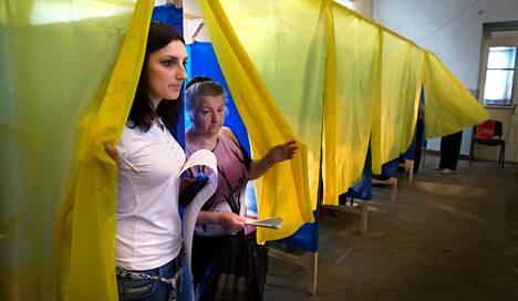 Opiskelija Ljudmila Dytško äänesti Ukrainan presidentinvaaleissa sunnuntaina Dobropoljessa Itä-Ukrainassa. Hän antoi äänensä kansallismielisen Radikaalipuolueen ehdokkaalle.
