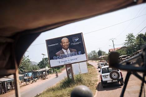YK-operaation autosaattue ohitti opposition pääehdokkaaksi jääneen Anicet Georges Dologuelen vaalimainoksen Banguissa perjantaina.