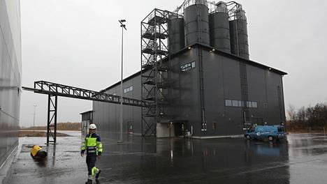 Fortumin tuhkankäsittelylaitos Porissa aloittaa toimintansa ensi viikolla. Käyttöpäällikkö Ilpo Koski valmistautuu laitoksen käyttöönottoon.