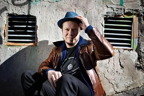 """16 vuotta toiminut Ilmiliekki Quartet on Tuomo Prättälän yhtyeistä viimeisimmäksi levyttänyt. Land Of Real Men -albumi ilmestyi viime perjantaina. """"Ilmiliekki Quartet on nyt ihan all star -bändi, mutta olimme vain musiikinopiskelijoita silloin kun aloitimme. On aika mieletöntä kun miettii, minkälaisten kavereitten kanssa sitä päätyi soittamaan jo nuorena."""""""