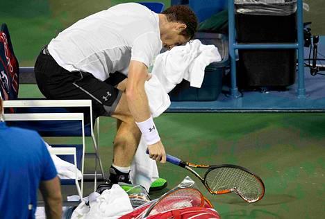 Andy Murray kävi kovilla kierroksilla ja iski mailansa säpäleiksi kolmannessa erässä.