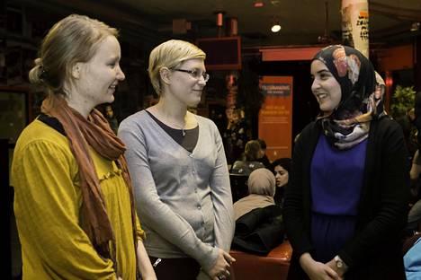 Suomalaiset Inga Härmälä ja Malin Fredriksson hakivat oppia uskontojen väliseen vuoropuheluun Tukholmasta. He saivat diplominsa maanantaina. Yosra Benjabli on käynyt vastaavan koulutuksen Ruotsissa.