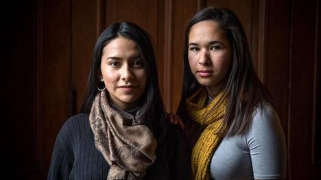 Vanhemmat toivat ecuadorilaisen Abigail Tituanan (vas.) Yhdysvaltoihin, kun tämä oli viisivuotias. Bruna Distinto (oik.) tuli Boliviasta perheensä kanssa kuusivuotiaana. Teini-ikäisinä he saivat luvan jäädä maahan, mutta nyt luvat ovat raukeamassa. Naiset opiskelevat kansainvälistä politiikkaa Trinity-yliopistossa Washingtonissa.