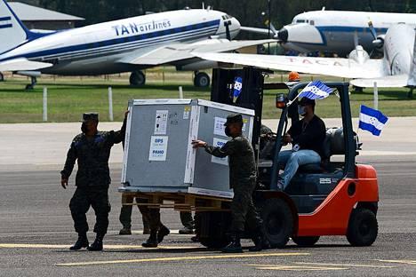 Covax-hankkeen kautta tulleita koronarokotteita saapui Hondurasin Tegucigalpaan maaliskuussa.