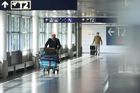 Kasvomaskilla suojautunut matkustaja Helsinki-Vantaan lentokentällä 3. kesäkuuta. Kansainvälinen ilmakuljetusliitto IATA on ennustanut, että maailman lentoliikenne ei palaa koronaviruspandemiaa edeltäneelle tasolle ennen vuotta 2024.