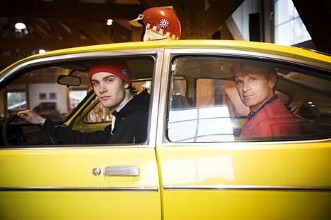 Isä ja poika, Marcus ja Niklas Grönholm istahtivat samaan autoon keväällä 2016. Auto oli sama, jolla Marcuksen isä ja Niklasen isoisä Ulf Grönholm aikanaan ajoi.
