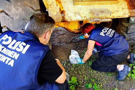 Itä-Uudenmaan poliisin tekniset tutkijat ottivat näytteitä työkoneen alta, koska maassa on öljyläikkä. Tutkintaa tehtiin tällä viikolla Tuusulassa.