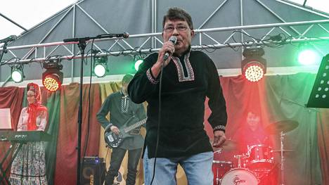 Lauri Gauriloffilta sujuu perinteisten iskelmälaulujen lisäksi myös perinteinen kolttasaamelainen leudd-laulanta.