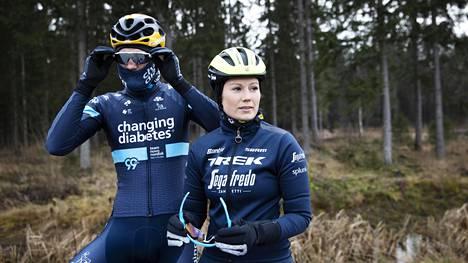 Kilpapyöräilijät Lotta ja Joonas Henttala lähtivät talvivarusteissa pitkälle lenkille.