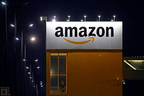 Amazonin logo yhtiön logistiikkakeskuksessa Lauwin-Planquessa Ranskassa.