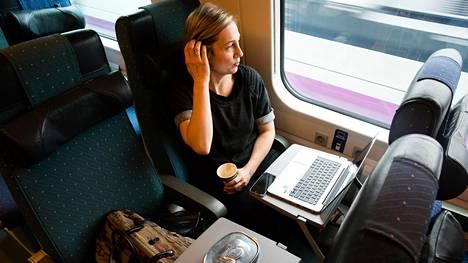 Viikoittain junalla matkustava Salla Sariola kertoo jo tunnistavansa muut samaa yhteyttä käyttävät pendelöijät.