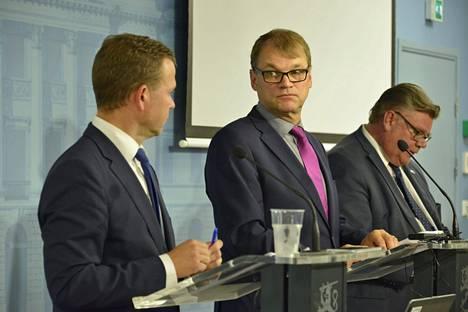 Valtiovarainministeri Petteri Orpo (vas.), pääministeri Juha Sipilä ja ulkoministeri Timo Soini hallituksen budjettineuvotteluiden tiedotustilaisuudessa syyskuussa.