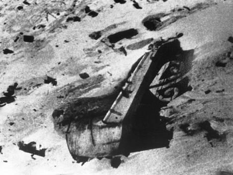 Uusiseelantilaisen DC-10 -lentokoneen jäännökset Antartiksen Erebus-vuoren rinteessä kuvattuna joulukuun toinen päivä 1979. Kaikki 257 mukana ollutta kuolivat.