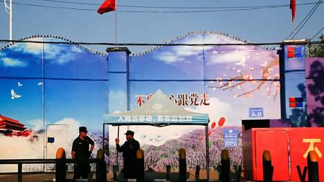 Turvallisuusjoukot vartioivat koulutuskeskusta Xinjiangissa syyskuussa 2018.