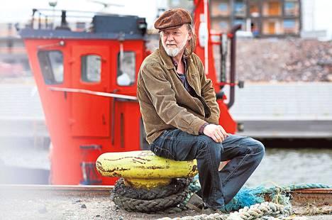 """Hannu """"Tuomari"""" Nurmio on 64-vuotias Helsingin Jätkäsaaressa asuva lauluntekijä ja rockmuusikko. Pitkän uran tehnyt artisti on julkaissut 21 studioalbumia, joista kolme on myynyt kultaa. Nurmion ja Hoedown-yhtyeen uusin levy Tales of Judge Bone ilmestyy 5. kesäkuuta."""