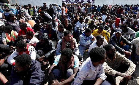 Afrikkalaiset siirtolaiset odottelivat tietoa tulevasta pidätyskeskuksessa Libyan Tripolissa maaliskuussa 2017.
