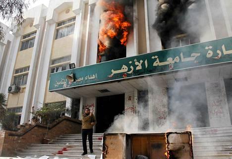 Kairolaisen Al-Azhar -yliopiston rakennus oli tulessa lauantaina.