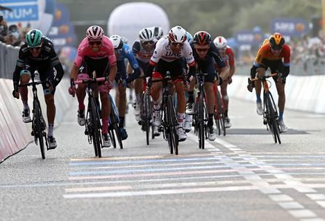 Italialainen Diego Ulissi (keskellä) päihitti perjantain etapilla pääasiassa kokonaiskilpailun kärkimiehistä muodostuneessa joukkokirissä johtajan roosapaidassa ajavan portugalilaisen João Almeidan.