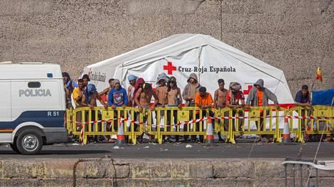 Arguineguínin sataman lastauslaiturille Gran Canarian saarella on majoitettu ainakin 400 siirtolaista. Kuva on tiistailta 8. syyskuuta.
