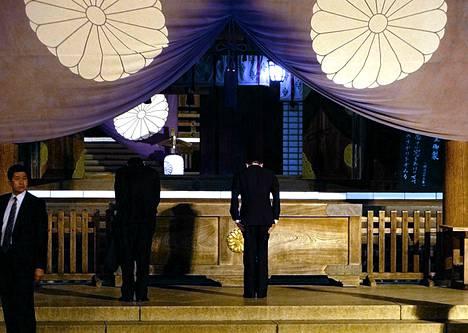 Japanin varapääministeri ja valtiovarainministeri Taro Aso (kesk.) vierailivat kiistanalaisessa Yasukunin pyhäkössä Tokiossa sunnuntaina.