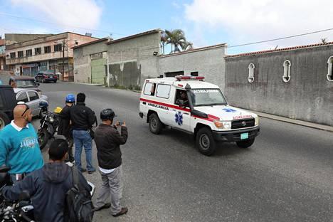 Ambulanssi ajoi paikalle, jossa poliisit ottivat kiinni kesäkuisesta helikopterihyökkäyksestä epäiltyjä tekijöitä Caracasissa Venezuelassa maanantaina. Kiinniotot äityivät tulitaisteluun, jossa kuoli useita ihmisiä.