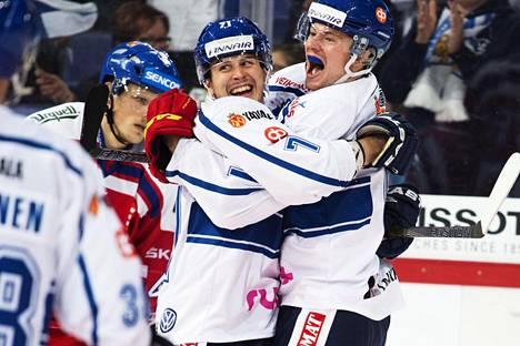 Tommi Huhtala (61) ja Kristian Kuusela (71) juhlivat maalia jääkiekon Karjala-turnauksen ottelussa Tsekkiä vastaan 7. marraskuuta 2015.