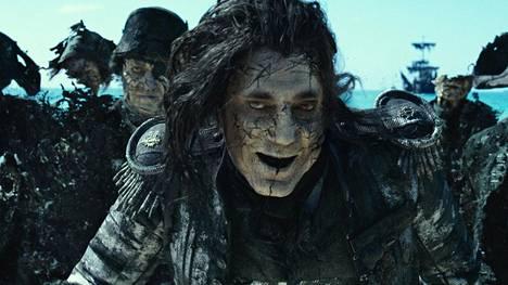 Aavekapteeni Salazar (Javier Bardem) ei jätä Jack Sparrow'ta rauhaan.