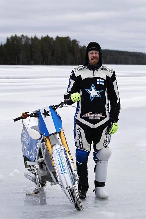 Mikko Jetsonen harjoittelee Iso-Ratsi-järven jäällä.