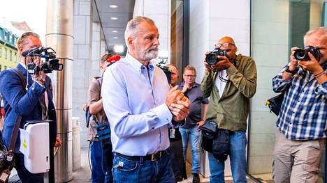 Eirik Jensen saapumassa kuulemaan oikeuden tuomiota perjantaina Oslossa.