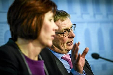 Omistajaohjausministeri Sirpa Paateron (sd) oikealla puolella valtioneuvoston kanslian omistajaohjauksen osastopäällikkö Eero Heliövaara.