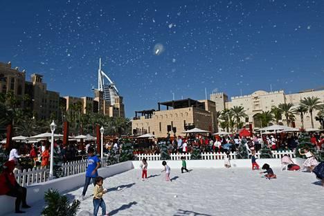 Keinolunta leijaili lasten leikkipaikalla Madinat Jumeirahissa Dubaissa joulupäivänä keskiviikkona.
