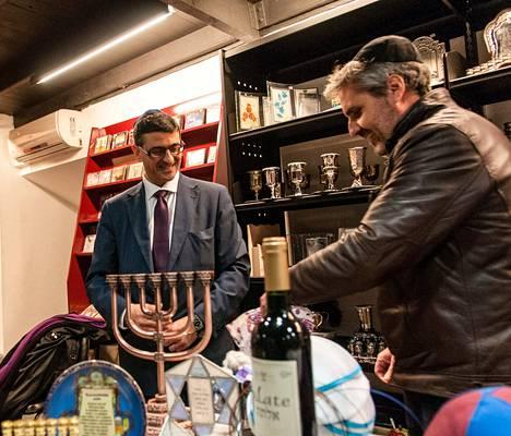 Teologi Mario Saban (vas.) vieraili Daniel Castillon johtamassa juutalaisessa kirjakaupassa Barcelonassa.