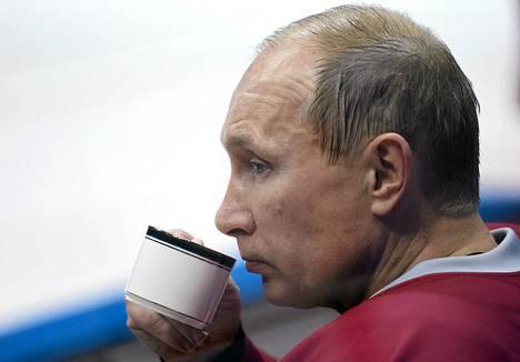 Venäjän presidentti Vladimir Putin osallistui entisten neuvostotähtien kanssa jääkiekko-otteluun Sotšissa lauantaina.