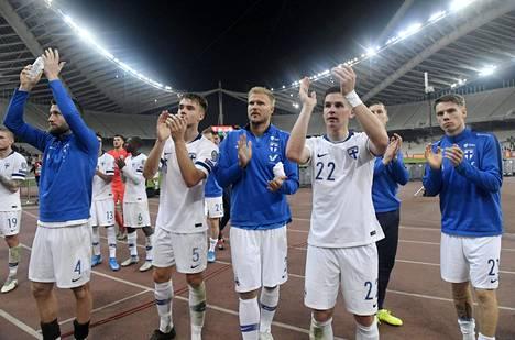 Suomen miesten jalkapallomaajoukkue kiitti Suomen kannattajia Ateenassa viimeisen EM-karsintaottelun jälkeen marraskuussa 2019.