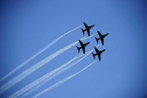 Ilmavoimien taitolentoryhmä Midnight Hawks Puolustusvoimain satavuotisjuhlaviikon lentonäytöksessä lauantaina.