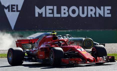 Valtteri Bottaksen ja Kimi Räikkösen yhteentörmäys oli lähellä Australian formula-avuksen harjoitukissa perjantaina. Bottaksen Mercedes päätyi soralle, kun pito renkaista katosi auton ajauduttua liian lähelle Räikkösen ajamaa Ferraria.