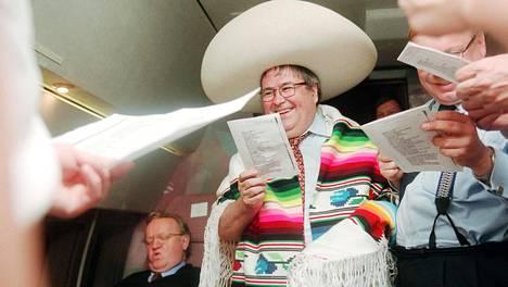 1999:  Ulkomaankauppaministeri Ole Norrback juhlisti viimeistä viennin edistämismatkaansa Meksikoon poncho päällä. Norrback ja tasavallan presidentti Martti Ahtisaari (vas.) lauloivat yhdessä teollisuuden edustajien kanssa Meksikon pikajuna -laulua.