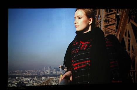 Hanna Saarikoski: See Paris and Die, 2012, video. Päähenkilön suljettujen silmien päällä on maalatut silmät.