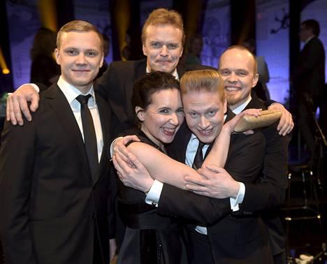 Faktabaari on palkittu myös Suurella journalistipalkinnolla vuoden journalistisesta teosta vuonna 2015. Tunnustuksen saivat Mikko Salo (takana keskellä) sekä työryhmä Jukka Rautanen (vas), Taru Taipale, Tuomas Muraja ja Jussi Salmio (oik).